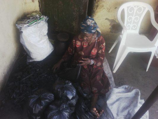 La mère de Fodé, Dameyé Kourouma, s'est reconvertit dans la vente de charbon de bois.